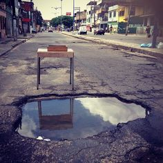 Gentis indicadores populares que significam que o asfalto está quase intransitável// Ribeira// Salvador 2013// Registro Thais Muniz