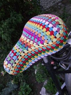 cute idea for your bike! A granny square-based pattern seat cover! Crochet Home, Love Crochet, Diy Crochet, Crochet Velo, Pimp Your Bike, Bike Seat Cover, Saddle Cover, Grannies Crochet, Creation Couture