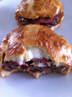 Ingrédients pour 2: Pains à hamburger: 2 oeufs 2 cuillères à soupe de lait écrémé en poudre 20g de poudre protéinée neutre (milical, protifar) 1 pincée d'origan 150g de viande hachée à 5% 2 tranches de bacon maigre 2 sylphides emmental, bleu ou autre...