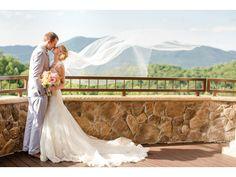 Foto de boda con el velo de la novia en movimiento