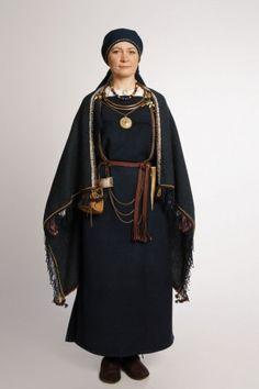 Ancient Finnish Clothing Men would also wear linen Viking Garb, Viking Reenactment, Viking Dress, Viking Clothing, Historical Clothing, Folk Costume, Medieval Costume, Fantasy Costumes, Larp