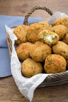 Quinoa, courgette and stracchino meatballs: golden, crispy and irresistible creamy filling. [Quinoa balls with zucchini anche caprino cheese] Garden; Vegetable Recipes, Vegetarian Recipes, Healthy Recipes, Superfood, Wine Recipes, Cooking Recipes, How To Cook Quinoa, Snacks, Protein Shakes