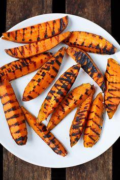 Süßkartoffeln vom Grill. Schnell, einfach und verdammt gut. Perfekt für Veggies und Veganer - Kochkarussell.com