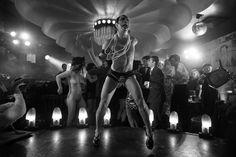 Wystawa Berlin Heist: zdjęcie Julian Rosefeldt, Deep Gold, 2013, 1-channel film, b/w, sound, HD, 18min 12sec loop Mediations Biennale 2014, materiały prasowe #art #culture #poznan