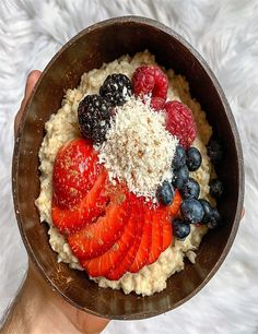 Boiled oats in almond milk. Served with fruit and grated coconut! A good idea for the morning meal which is ready in under 10 minutes. Quick Recipes, Vegan Recipes, Coconut Bowl, Strawberry Blueberry, Morning Food, Perfect Food, Vegan Life, Almond Milk, Organic Recipes