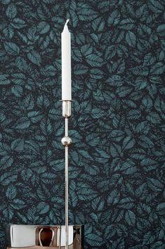 La magia medievale e le foreste di Robin Hood avrebbero potuto essere l'ispirazione per la carta da parati Diogenes in nero e verde. Il motivo espressivo delle foglie non ha bisogno di effetti aggiuntivi per creare profondità. Tropical Wallpaper, Black Wallpaper, Robin Hood, Leave Pattern, Medieval, Design Floral, Cool Walls, Designer Wallpaper, Pattern Wallpaper