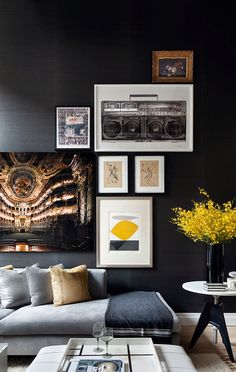 Un apartamento de doble altura en gris y amarillo · A grey and yellow apartment