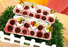 Festa Galinha Pintadinha - Madame Tutu - 3543 Farm Birthday, Birthday Party Themes, Farm Party, Farm Theme, Party Gifts, Gingerbread, Diy And Crafts, Birthdays, Alice