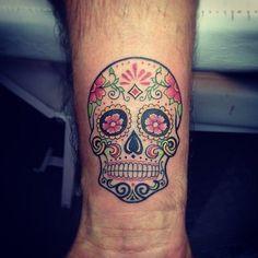 """Tradicionalmente, los tatuajes (tattoo) de calaveras mexicanas han simbolizado la muerte con una """"M"""" mayúscula, ¡pero no de una manera siniestra o negativa! Si hay un hecho innegable en este planeta, es que ningún ser humano escapa de la Parca, por rico o famoso que sea.! Day Of The Dead Skull Tattoo, Small Skull Tattoo, Small Tattoos, Half Sleeve Tattoos Lower Arm, Half Sleeve Tattoos Designs, Tattoo Designs, Mexican Skull Tattoos, Sugar Skull Tattoos, Skull Candy Tattoo"""