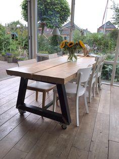 Tafel vantwee houten planken op een robuust metalen frame.