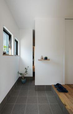 白×タイルのシンプルな玄関土間。奥まったシューズクロークは目に触れないので、すっきりを常にキープします。 #ルポハウス #設計事務所 #工務店 #設計士 #注文住宅 #デザイン住宅 #自由設計 #マイホーム #お家 #新築 #家づくり #間取り #施工事例 #滋賀 #おしゃれな家 #インテリア #玄関 #タイル #シューズクローク #シンプル House Entrance, Entrance Doors, Earth Day And Night, Fluffy Bedding, Interior Architecture, Interior Design, Fashion Room, Sweet Home, New Homes