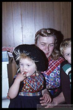 Staphorsters, moeder en dochtertje, in klederdracht. #Overijssel #Staphorst