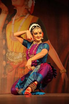 Bharatnatyam-Manju Warrier Dance Paintings, Indian Art Paintings, Folk Dance, Dance Art, Still Photography, Dance Photography, Indian Classical Dance, Indian Colours, Sitting Poses