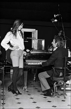 This looks like a great invitation for Serge to go to her space . Jane Birkin et Serge Gainsbourg Charlotte Gainsbourg, Serge Gainsbourg, Gainsbourg Birkin, Lou Doillon, French Girl Style, French Girls, Style Jane Birkin, Jane Birken, Kate Barry