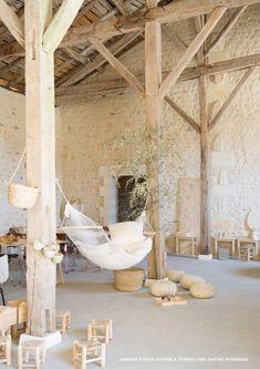 Grange: sol minéral dalle béton, charpente bois brut et sous face de toit visible. Pierres jointoyées.                                                                                                                                                                                 Plus