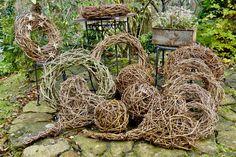 Wreaths, balls and hearts from grapevines – Karin Urban – NaturalSTyle - Modern Hydrangea Care, Willow Weaving, Garden Trellis, Tree Decorations, Grapevine Wreath, Grape Vines, Garden Art, Christmas Holidays, Garden Sculpture