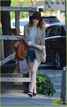 Emma Stone Wakes Up Early to Run Solo Errands in SoHo   emma stone early morning stroll soho 02 - Photo