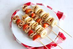 Deze pannenkoek spiesjes zijn een gemakkelijke traktatie, maar zien er toch erg feestelijk uit. Lekker met bijvoorbeeld banaan of aardbei.