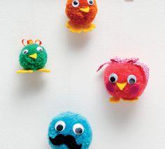 La famille piou-piou est au complet dans ce modèle de pompons réalisé en ' laine partner 3.5 ' coloris piscine, grenadine, curry et billard. Amusez-vous à mixer les couleurs pour une famille piou-piou amusante et rigolote.Modèle n°02 du livre tricot N°841: tricotins, pompons et tresses, Printemps/été 2015