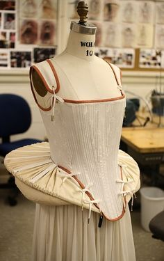French Farthingale ~ Danielle Jordan ~ Costume Technologist ~ Materials used include Irish linen, 8 spring steel bones, grosgrain ribbon, buckram covered steel hooping, corset lacing. Elizabethan Costume, Elizabethan Fashion, Tudor Fashion, Elizabethan Era, Fashion Fashion, Mode Renaissance, Renaissance Costume, Renaissance Fashion, Historical Costume