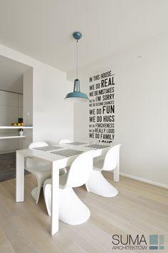 Biała jadalnia, napisy w jadalni, ciekawe krzesła do jadalnia, krzesła i stół do jadalni. Zobacz więcej na: https://www.homify.pl/katalogi-inspiracji/17883/oryginalne-i-ciekawe-pomysly-we-wnetrzach