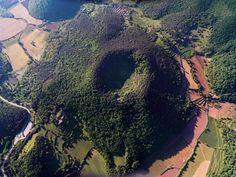 La zona volcánica de la Garrocha es la mejor muestra de paisaje volcánico de la Península Ibérica. Tiene unos 40 conos volcánicos y más de 20 coladas de lava. La orografía, el sol y el clima proporcionan una rica y varaida vegetación, a menudo exhuberante con encinas, robledales y hayedos con un excepcional valor paisajístico y pictórico. http://es.turismegarrotxa.com/territorio-y-naturaleza/parque-natural-y-espacios-protegidos/parque-natural-de-la-zona-volcanica-de-la-garrotxa/