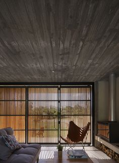 permeable house in uruguay features a slatted timber folding facade by MASA arquitectos Modern Small House Design, Concrete Interiors, Interior And Exterior, Interior Design, Timber Door, Concrete Houses, Facade House, Home, Long Hallway