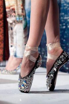 ballet, shoes, pointes, fun, curious, crazy, exception, costume, beauty, design, creativity, stones, sparkles, jewels, black, princess.  Ballet beautie, sur les pointes !
