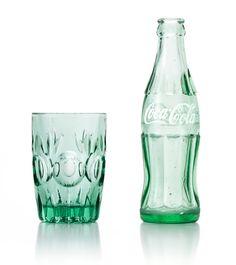 アデリア60として復刻した翌年から、季節ごとに限定カラーを生むコーラグラス。20色目となる新色は「ジョージアグリーン」。役目を終えたコカ・コーラのコンツアーボトルを100%原料に使用しています。コカ・コーラの故郷、米国ジョージア州の森の緑に由来して名付けられました。長年コンツアーボトルの製造を担ってきた石塚硝子。現在まで続くパートナーシップから生まれた、真のリサイクルプロダクトです。
