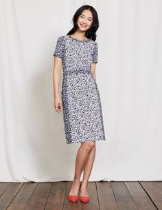 Go from am to pm without batting an eyelid in this easy-to-wear shift dress. Side panels and a waistband create a flattering line while the hotchpotch print will turn heads. The textured fabric keeps shape, no matter how hectic your day.