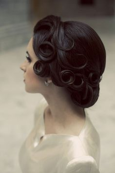 I want the pin curls for my wedding hairdo. Finger waves that end in pin curls then half french roll with the ends in curls :) Corte Y Color, My Hairstyle, Hairstyle Ideas, Perfect Hairstyle, Wedding Hairstyles For Long Hair, Bridal Hairstyles, Evening Hairstyles, Vintage Wedding Hairstyles, Bun Hairstyles