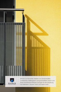 Die Herausforderung bei der Gestaltung des Balkons war, dass sie Licht durchlassen und gleichzeitig vor neugierigen Blicken schützen. Die Lösung: der Einsatz von Lochblech. Mehr unter http://www.mevaco.de/fascination-15 #MEVACO #Balkongeländer #Aluminium #Lochblech #FaszinationNo15
