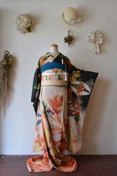 ヘアメイクアップアーティストと着付師の二人がやっている、着物とヘッドドレスのレンタルのお店です。着付け、ヘアメイク、撮影、和装婚礼のお仕度も承っております。 Kimono Japan, Yukata Kimono, Japanese Kimono, Traditional Kimono, Traditional Fashion, Traditional Outfits, Japanese Outfits, Japanese Fashion, Long Sleeve Kimono