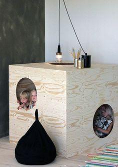Un espace de jeux bien pensé! Indoor Playhouse, Build A Playhouse, Playhouse Ideas, Kids Fort Indoor, Cubby Houses, Play Houses, Dog Houses, Plywood Furniture, Kids Furniture