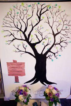 """Vores gæste""""bog"""" til vort bryllup. Jeg har malet træet og skrevet et lille digt på """"skiltet"""". Gæsterne har så sat deres fingeraftryk på træet som et lille blad og skrevet deres navn ved aftrykket"""