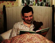 O cão que comeu o livro...: Mr Bean lê para o seu ursinho :) / Mr Bean reads to his teddy bear :)