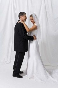 """Ouvrir le bal, danse et mariage, Valse et mariés, danse à deux - L'animation du mariage  - Pour ouvrir le moment """"danse"""" de votre mariage, la tradition veut que ce soit le père qui fasse valser sa fille. La danse se poursuit aux bras du marié. Cette transition..."""