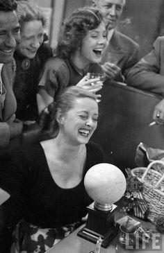 Rir é o melhor remédio Bette Davis's birthday party,1950 by J.R. Eyerman