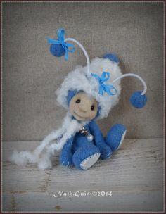 Mini Luciole by Nath Guidi Mitten Gloves, Mittens, Cat Shack, Felt Art, Felt Animals, Fabric Dolls, Crochet Dolls, Pin Cushions, Needle Felting