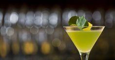 Quer comemorar o dia do saquê? Que tal um martini com folhas de agrião? Clique no MAIS para ver a receita