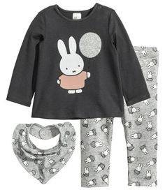Dark gray/Miffy. Set with a long-sleeved top, leggings, and a triangular scarf in soft cotton jersey. Top with printed motif at front and snap fastener on