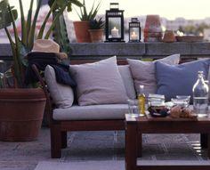 Eine Dachterrasse, u. a. gestaltet mit ÄPPLARÖ 3er-Sofa für draußen braun lasiert/beige