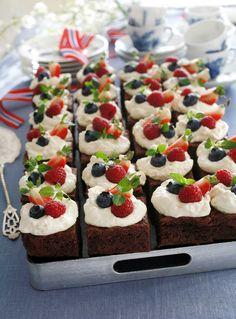 En stor sjokoladekake i langpanne kan bli en fantastisk festkake når den pyntes med pisket krem og bringebær, blåbær og jordbær. Det er enkelt å imponere med denne kaken, og sjokoladebitene gjør lykke hos både barn og voksne. Gir ca 24 biter. Cake Recipes, Snack Recipes, Snacks, Norwegian Food, Norwegian Recipes, Dessert Buffet, Food Cakes, Let Them Eat Cake, Tapas