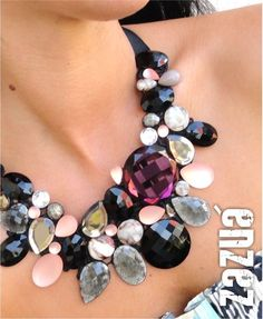 Maxi colar com base de renda, chatons de vidro e plástico. Amarração com fita de gorgurão, tendo seu comprimento ajustável.