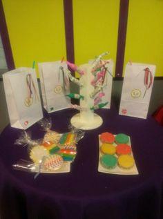 Bolsas para los souvenir y las golosinas del candy bar. Chupetines, cookies y alfajores de colores.