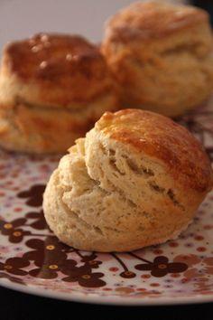 Scones - À déguster avec de la confiture de framboises et de la crème fouettée (ou clotted cream)