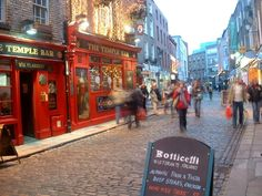 The Temple Bar area of Dublin >> The place to go for fun in Dublin!!! Have you been?