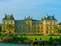 The Ultimate Travel Guide To Your Romantic Honeymoon In Paris: Visit the Jardin du Luxembourg for all the beautiful, romantic feels you need on your Paris honeymoon! Palais Du Luxembourg, Luxembourg Gardens, Romantic Honeymoon, Romantic Travel, Monuments, Paris Garden, New Palace, Beautiful Park, Parcs