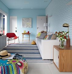 O piso frio e os tecidos resistentes são perfeitos para o apartamento no litoral norte de São Paulo. Além disso, a arquiteta Andrea Murao ap...