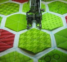 All Momas Quilt: Modern Hexies - Demo! Hexagon Quilt Pattern, Hexagon Patchwork, Quilt Patterns Free, Patchwork Quilting, Quilting Tutorials, Quilting Designs, Quilt Modernen, Techniques Couture, Patch Quilt